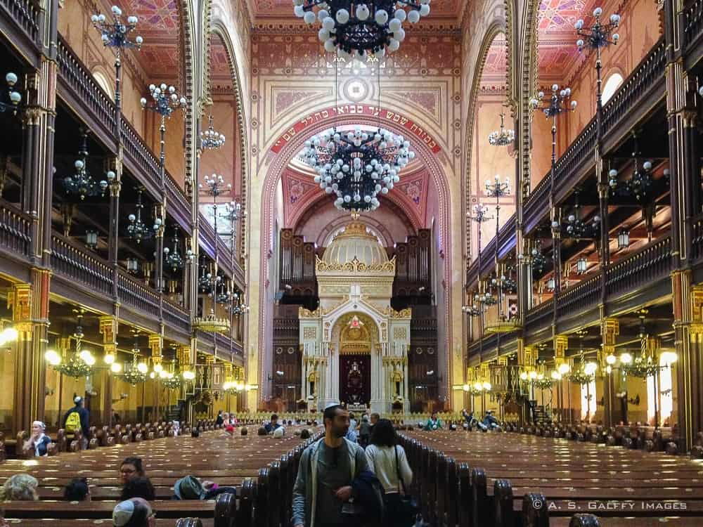 image showing the interior of jewish synagogue in Budapest