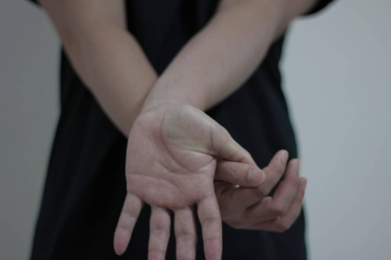 wrist-stretching-4-1427789-1279x852